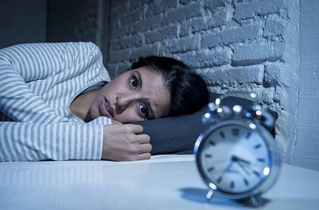 Problémy s usínáním trápí řadu lidí.