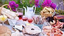 Jste-li někde, kde je stůl plný jídla, neotálejte s výběrem a vezměte si to, na co máte chuť a je nejblíže. Jinak budete působit jako hamoun.