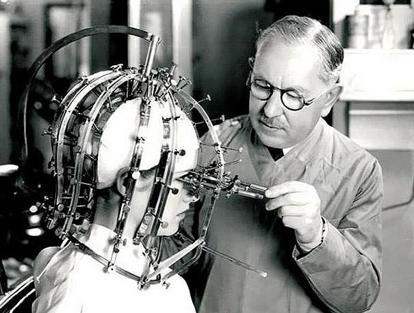 30. léta - Max Factor a jeho přístroj na správnou aplikaci make-upu.