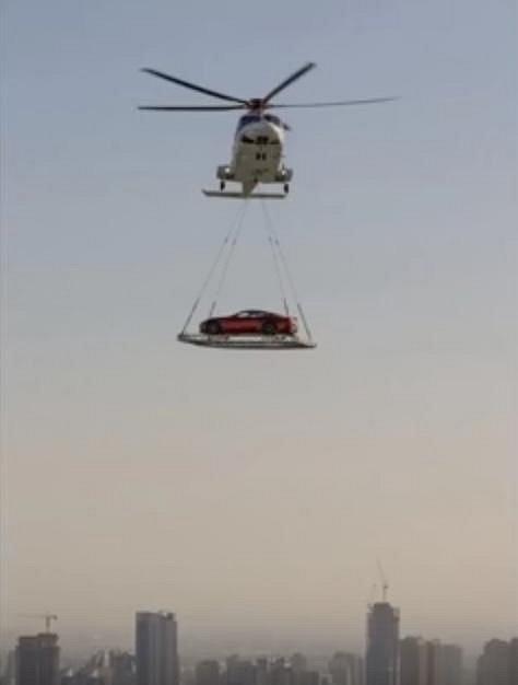 Přesun auta soukromým vrtulníkem je zcela normální situací