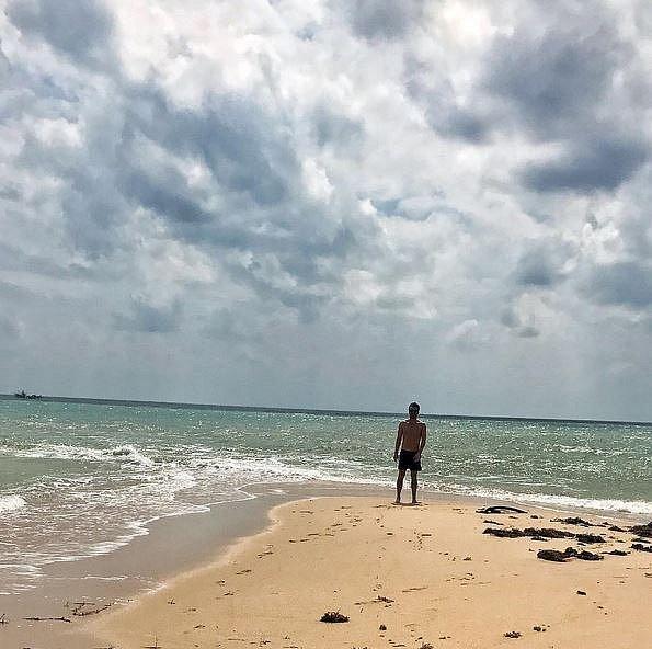 Sluníčko a pláž si také už teď užívá Leoš Mareš s přítelkyní Monikou. Pár je toho času v Thajsku, kam se dopravil stylově letecky první třídou. Jak Leoš na sociální síti přiznal, tenhle výlet ho bude stát balík.