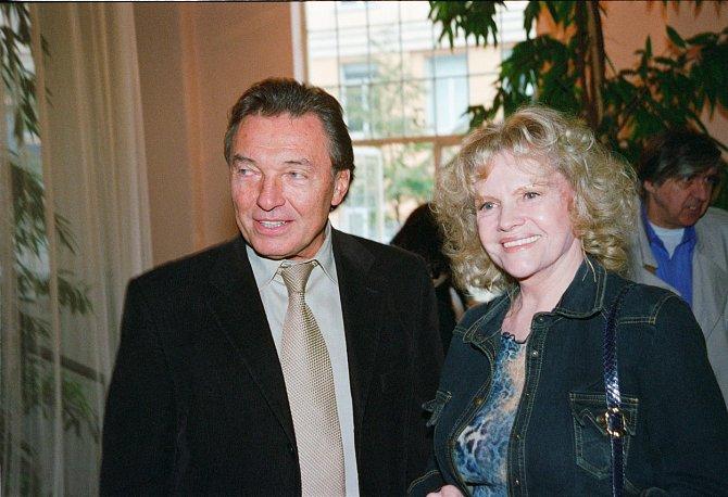 S Evou Pilarovou nazpíval šansony a odehrál svůj debut před kamerou ve snímku Kdyby tisíc klarinetů.