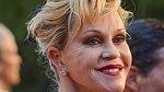 Melanie Griffith by mohla stárnout důstojněji a bez plastik.