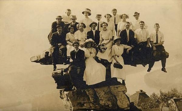 Doufejme, že pořízení této fotografie tato statečná rodina přežila!