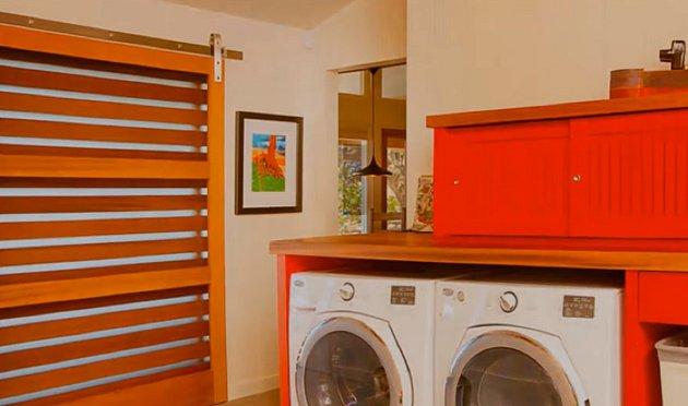 Koupelna s pračkou i sušičkou. Umíte si Julii představit, jak věší na zahradě prádlo?