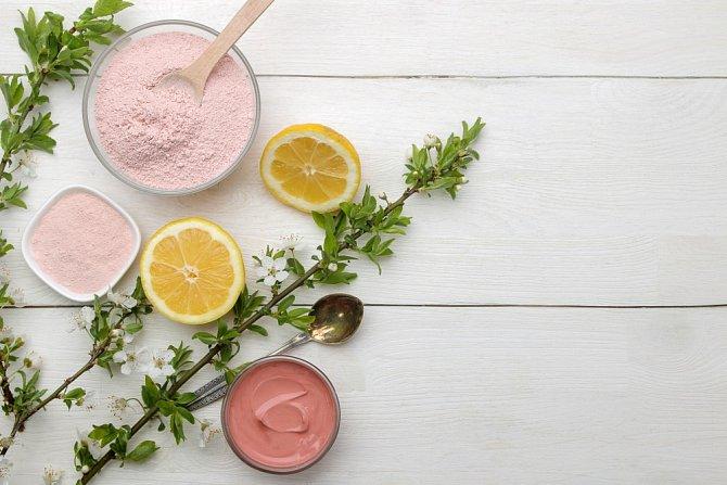 Růžový jíl se vyrábí ve Francii a je obohacený o složky železa.