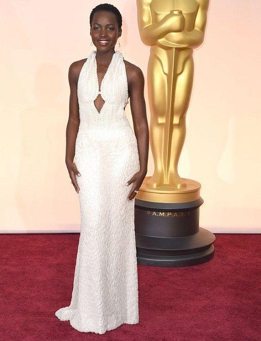 Šaty z perel oblékla na oscarové klání Lupita Nyong´o.