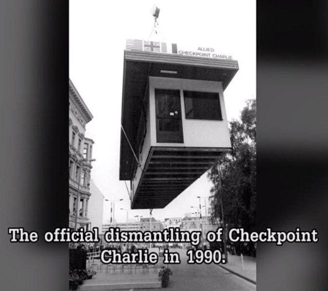 Oficiální demontáž hraniční přechodu v Berlíně - Checkpoint Charlie - v roce 1990.