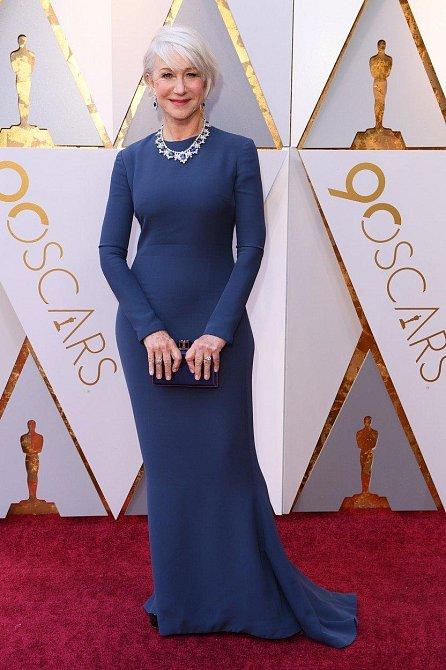 Nic naplat, když má někdo charisma, může si na sebe obléci cokoliv a stejně bude zářit. Helen Mirren to v její modré róbě opravdu slušelo.