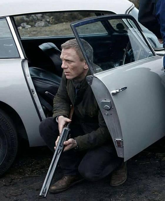 Bond zapomíná zavírat dveře od auta.