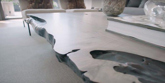 Také má strašně rád dřevo a tak většina stolů je ruční práce z masivu.