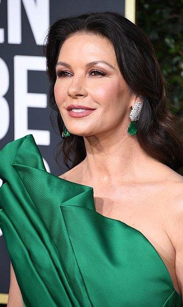 Catherine Zeta-Jones by měla přestat navštěvovat plastického chirurga.