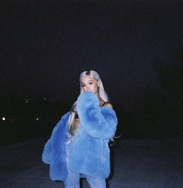 Ariana Grande miluje umělé kožichy.
