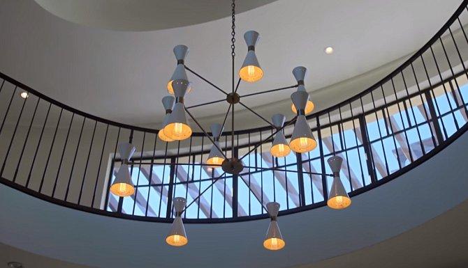 Lustr v přijímací hale je práce slavného designéra.