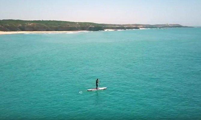 Od nás už je to Portugalska přece jen delší cesta, za kterou si holt připlatíte. Těšit se ale můžete na historické oblasti, přírodu, moře, dobré jídlo i pití.