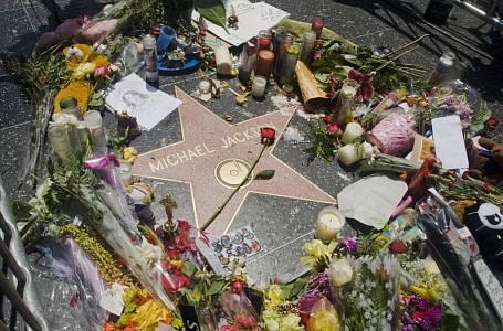 <p>Hvězda krále popu Michaela Jacksona by od jeho smrti obložena svíčkami a květinami.</p>