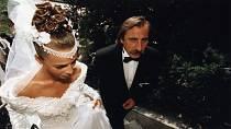Vdávala se v roce 1996, k oltáři ji vedl otčím Pavel Zedníček.