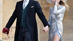 Stříbrné šaty s rozparkem a k tomu červené doplňky. Šmrncovní a přesto hodno královské svatby.
