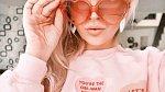 Nasaďte růžové brýle a nenechte se semlít trendy, jak byste měla vypadat!