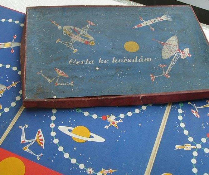Nosné rakety, družice, sondy k Měsíci, planetám i k jednotlivým hvězdám včetně barevných vyobrazení přináší jedna z prvních společenských her Cesta ke hvězdám.
