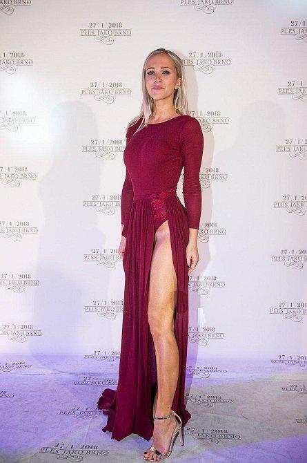 Ples jako Brno: Nela Slováková si vzala róbu s provokativně vysokým rozparkem a nevypadalo to lacině, jak by se u této krasavice dalo očekávat.