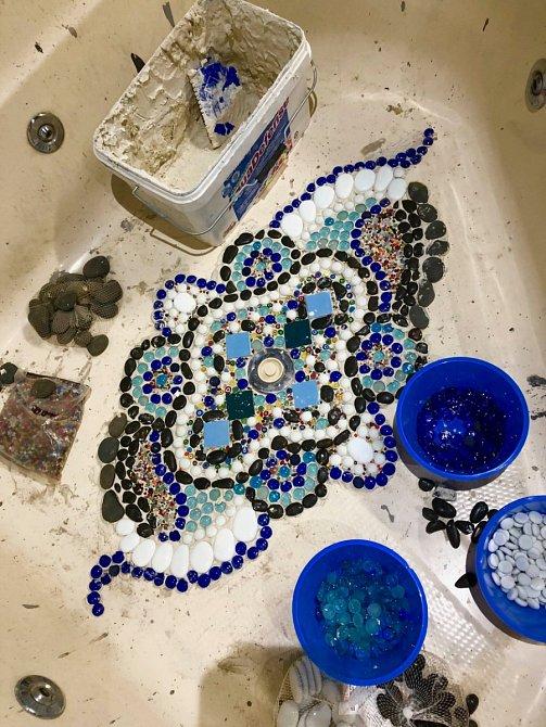 Mozaiku vytvářela Rebecca po večerech.