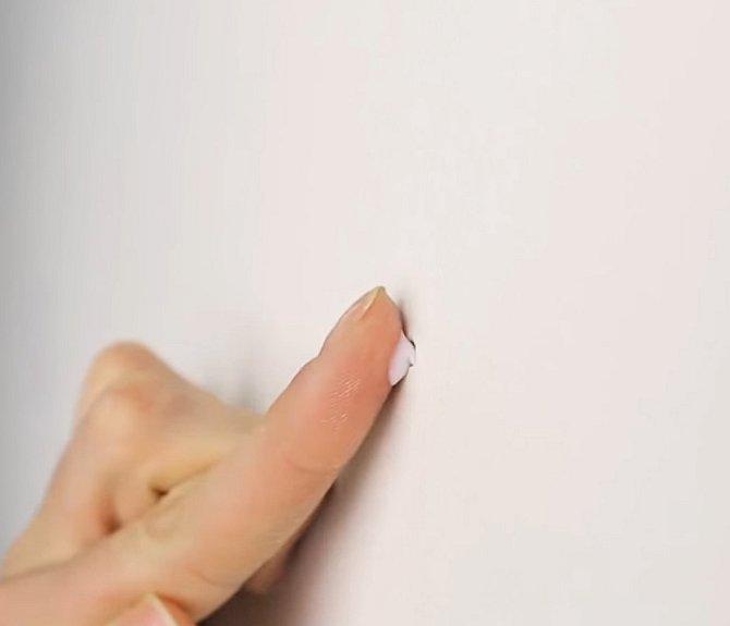 Díry ve zdi zakryjte malým množstvím pasty.