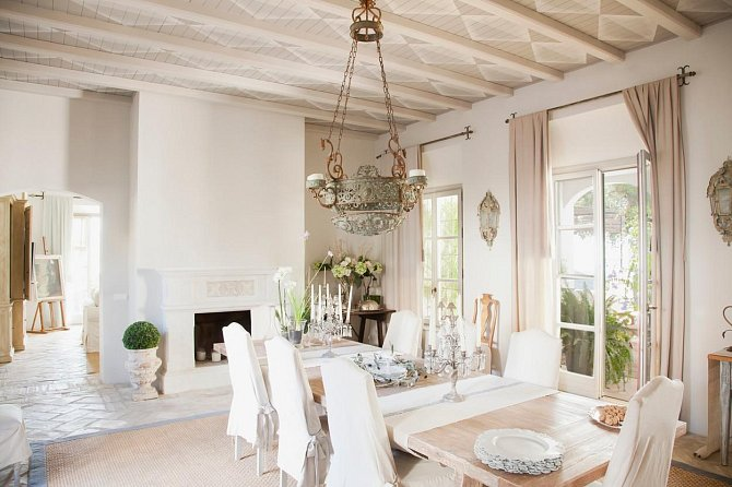 V domě je dostatek světla díky velikým oknům.