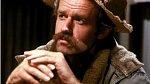 Mike Farrell: Sympatická postava chirurga B.J. Hunnicuta se objevuje v 73. díle jako nástupce 'Trappera'.