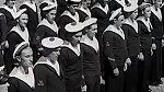 Ovšem bambule na čepicích měly kdysi zcela jiný význam. Našívaly se na pokrývky hlavy námořníků, kteří se pohybovali v prostorách s nízkými stropy, aby hlavy natrpěly kvůli věčným nárazům do stropu.