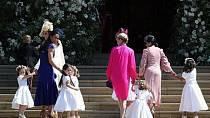 Příchod Kate a dalších členek královské rodiny.