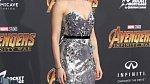 Premiéra nejnovějších Avengers Infinity War, tmavé vlasy a stříbrné šaty. Přesně ve stylu Černé vdovy.