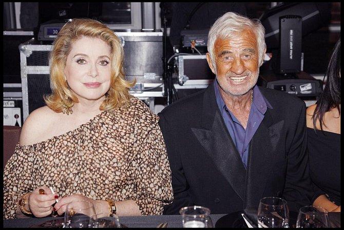 Jean Paul Belmondo a Catherine Denevue na oslavě 67. narozenin Johnnyho Hallydaye v Paříži, červen 2010.
