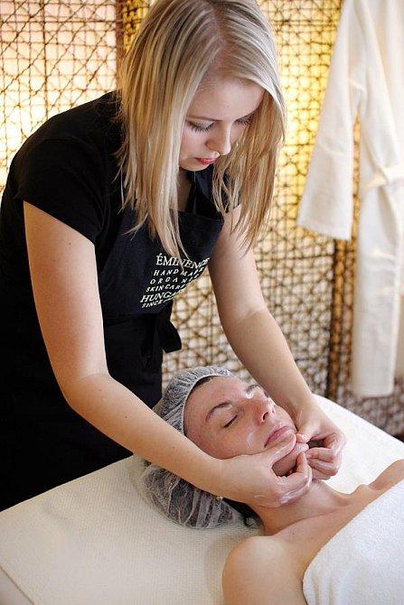 Kosmetička Katka mi právě provádí příjemnou masáž obličeje a dekoltu