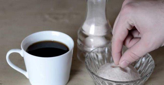 Pokud máte pocit, že vaše kává nemá grády, je mdlá, zkuste do ní přidat špetku soli.