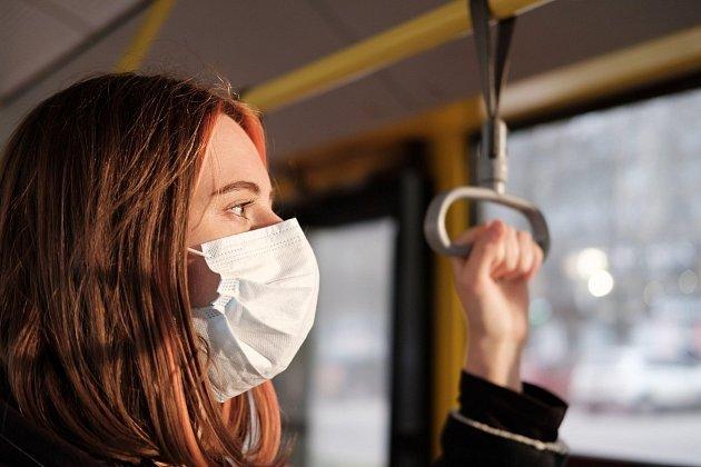 Strach koronavirusu vhromadné dopravě.