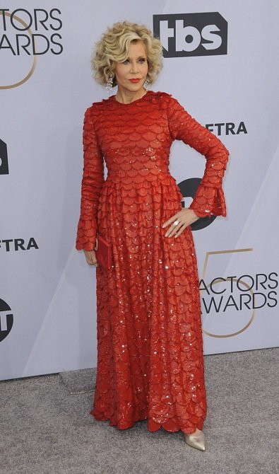 Jane Fonda ani přes svůj věk nezapadne v davu.