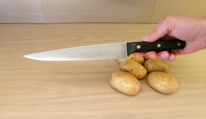 Budete potřebovat ostrý nůže, pár brambor a hrnec s vodou.
