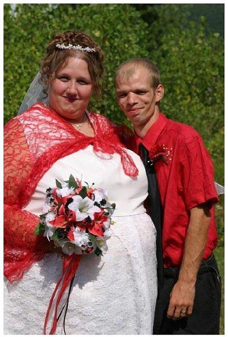 Výběr šatů a barev se vážně nepovedl. Nevěstě zvýrazňují její křivky a ženich zase působí menší a štíhlejší, než je.