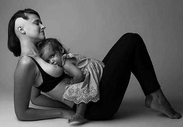 Odhalené fotky kojících nebo těhotných žen: Patří toto na sociální sítě?