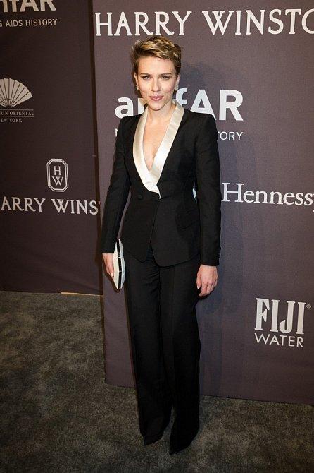 Vlasy jsou opět světlé a k tomu má Scarlett černý kalhotový kostým s bílou halenkou.