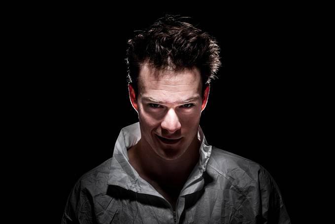 Problém je, že psychopata na první pohled nepoznáte. Jeho vizáž není nijak démonická a nepodbarvuje ji dramatická hudba jako ve filmu.