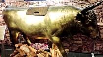 Mosazný býk - toto byl velmi propracovaný, ale také krutý mučicí nástroj. Nešťastník byl umístěn dovnitř býka, pod kterým byl rozdělán oheň a dotyčný zemřel strašlivou smrtí uvařením zaživa.
