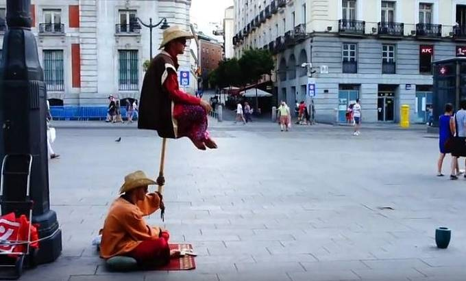 """Pouliční levitace – ve větších městech jsou tito """"umělci"""" k vidění poměrně často. V čem tedy spočívá jejich levitace?"""