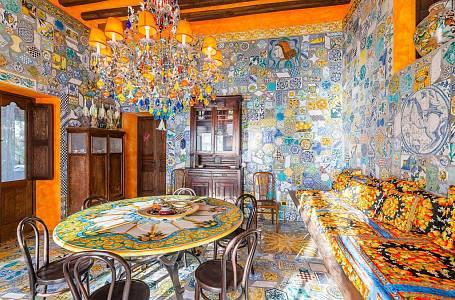 Vila na Sicílii hraje všemi barvami. Na první pohled je to nesourodá směska, ale při bližším prozkoumání se do ní zamilujete.
