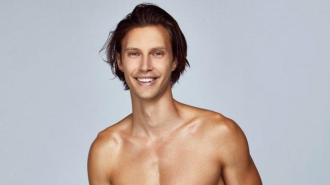Petr se živí modelingem a také natáčí umělecká videa.