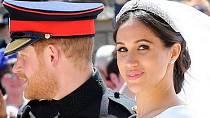 Meghan a Harry odjíždějí ze svatebního obřadu.