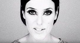 Šedesátá léta a Twiggy! Což znamená, že celému makeupu vévodily ohromné oči, dlouhé řasy. Rty se líčily matnými rtěnkami v přirozených barvách, na tváře se používaly tvářenky v meruňkových tónech.