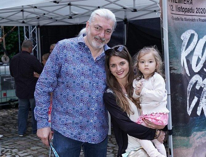 Zpěvák se s manželkou Bárou a dcerou Rozárkou chystá na dovolenou v Čechách.