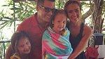 Jessica Alba s dcerami a manželem strávili Štědrý den na horách, Nový rok už ale budou oslavovat na pláži.